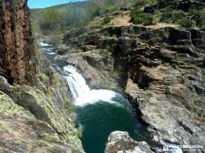 Cascadas del Aljibe - Arquitectura Negra;la senda del oso sistema central peña trevinca cabo de cre